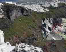 ტურისტი სანტორინის კლდეებში ჩარჩა – მის ამოსაყვანად ვერტმფრენი ათენიდან ჩაფრინდა