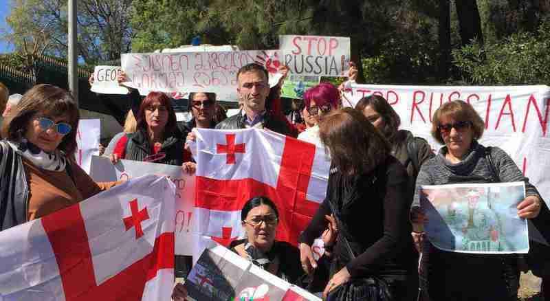 """კვირას რუსეთის საელჩოს წინ ქართველმა ემიგრანტებმა გამართეს აქცია """"არა ოკუპაციას!"""""""